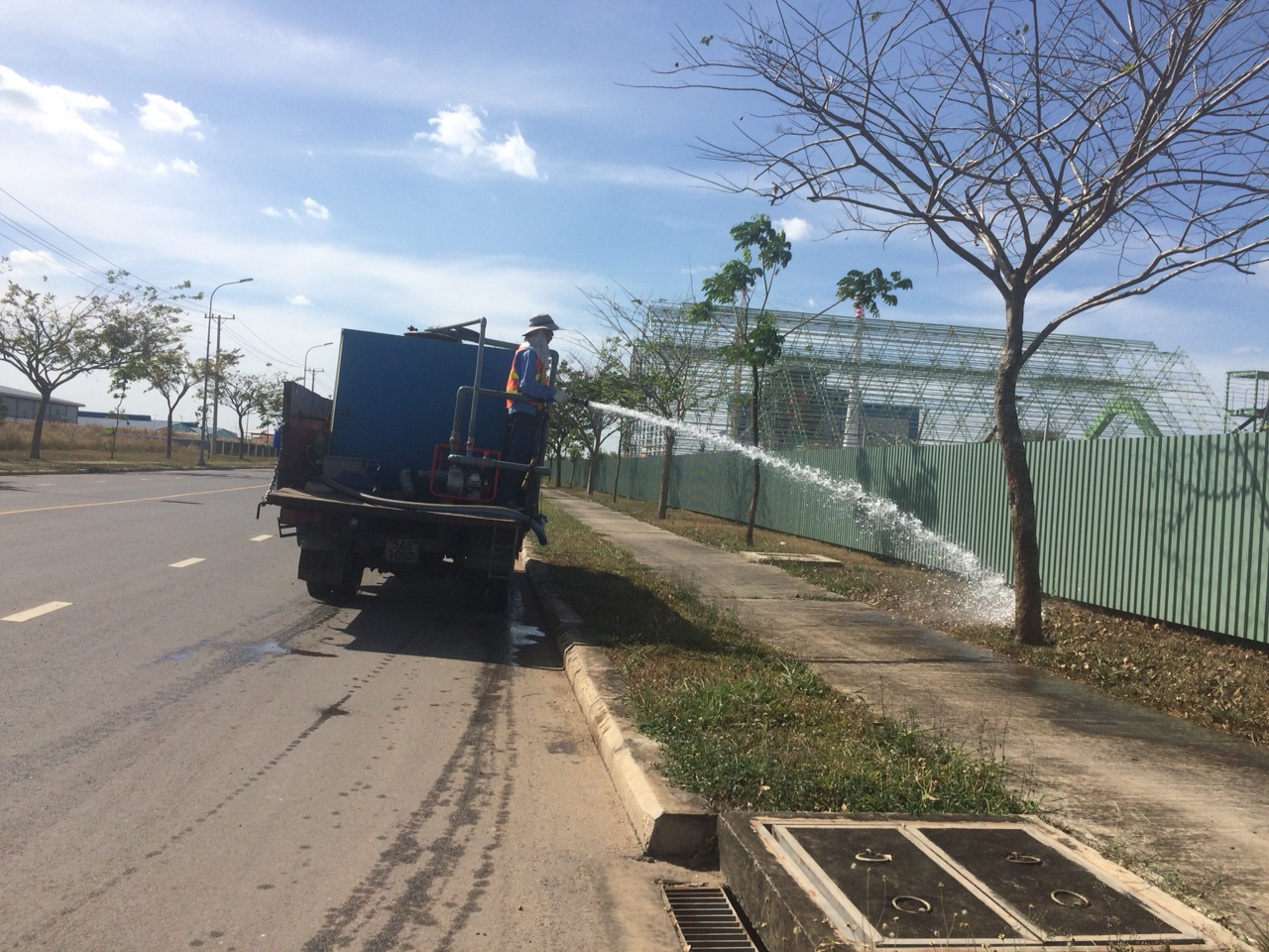 Ngoại Thất Xanh trang bị xe bồn tưới cho dịch vụ chăm sóc cây cảnh của mình tại Tây Ninh