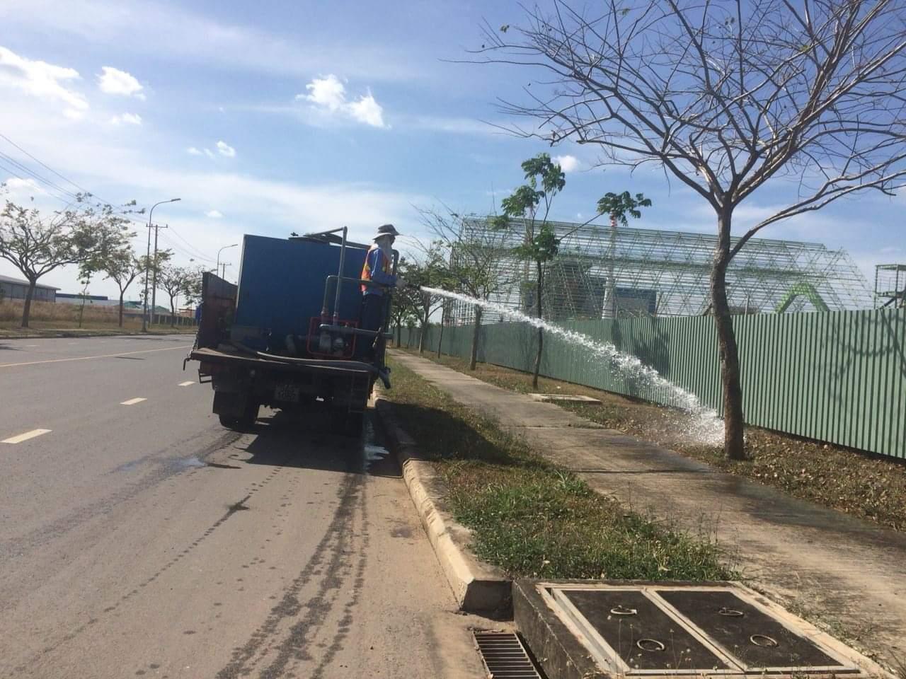 Nhân viên Ngoại Thất Xanh tiến hành chăm sóc cây xanh