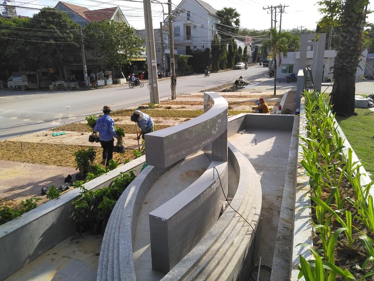 Nhân viên Ngoại Thất Xanh tiến hành thi công cây xanh