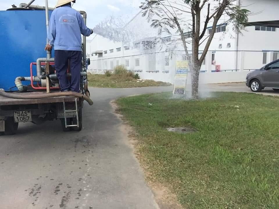 Chăm sóc cây xanh khu công nghiệp Thới Hòa với nhân viên của Ngoại Thất Xanh
